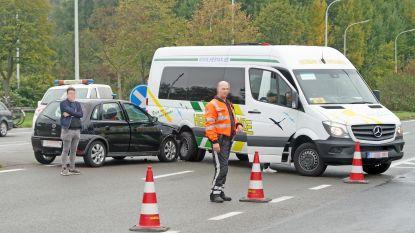 Twee lichtgewonden bij ongeval met schoolbusje in Drongen