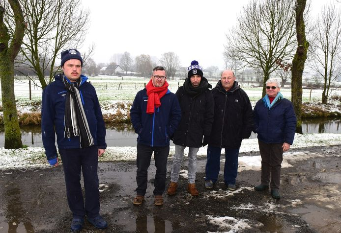 De bewoners van Zonnelied met vrijwilligster Martine (rechts) op  zoek naar sneeuw.