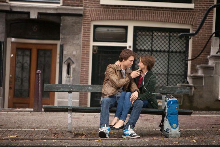 Beeld uit de verfilming van Een weeffout in onze sterren, met het bankje in Amsterdam dat zo veel fans trok. Beeld James Bridges