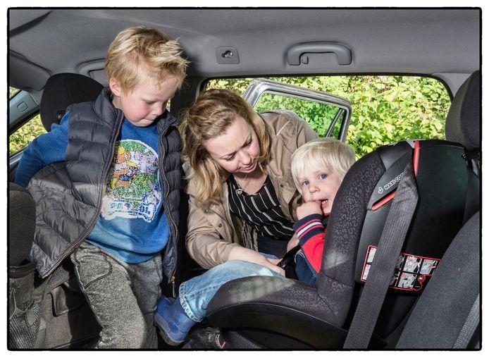 Eva Tuin-Filius roept alle ouders, opa's, oma's en verzorgers op om beter op te letten bij het vastzetten van kinderen in de autostoel. Vijf jaar geleden raakte zoon Roan betrokken bij een ernstig auto ongeluk, waarbij hij in een kinderzitje zat maar toch gewond raakte. ,,Het bloed druppelde uit zijn voorhoofd.''