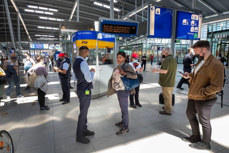 Reizigers op station Utrecht hebben veel vragen over de opstopping die het treinverkeer in heel Nederland stil legde. Beeld Werry Crone