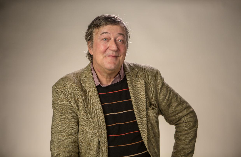 Stephen Fry is de verteller van de podcast, hij leest de toneelaanwijzingen voor. Beeld Getty Images