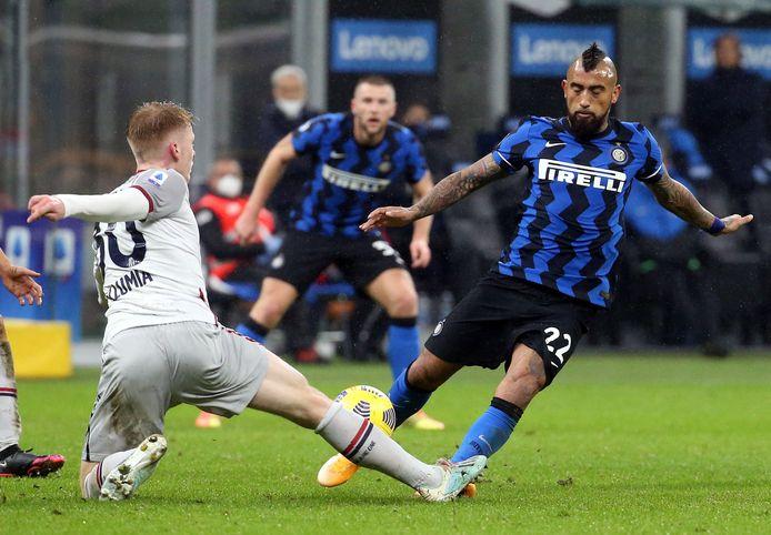 Arturo Vidal afgelopen zaterdag in duel met Jerdy Schouten van Bologna.