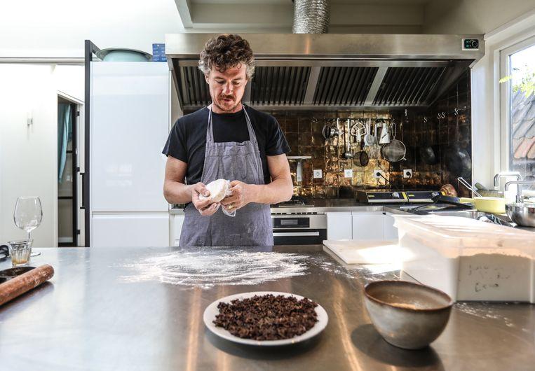 Gilles bereidt het deeg voor de Qutab recept uit Azerbaijan. Beeld Eva Plevier