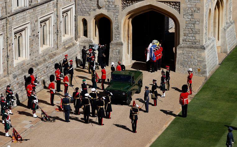 Voor de ceremonie werd het lichaam van de 99-jarige echtgenoot van koningin Elizabeth in een door hemzelf ontworpen Land Rover naar de kapel gebracht. Beeld AP