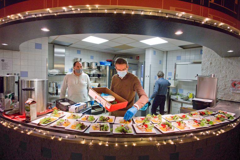 In het William Booth Huis, een afdeling voor vrouwen van het Leger des Heils te Rotterdam, wordt het kerstdiner geserveerd door onder andere  directeur Gert-Jan Freeke van het district en mensen van een plaatselijke Lions Club.  Beeld Otto Snoek