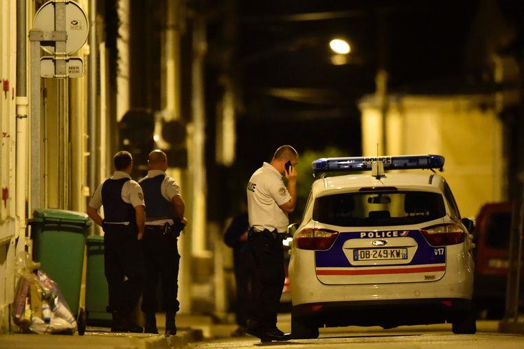 Politie bij het huis van Lambert, gisterenavond in Le Mans. Beeld afp