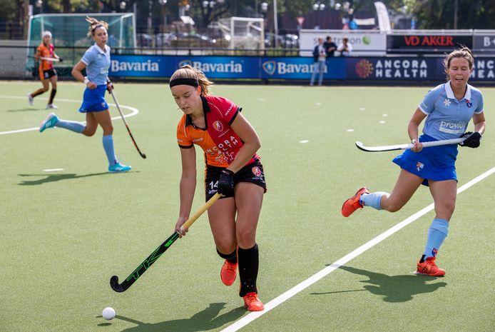 Floor Hoogers namens Oranje-Rood aan de bal tegen Bloemendaal.