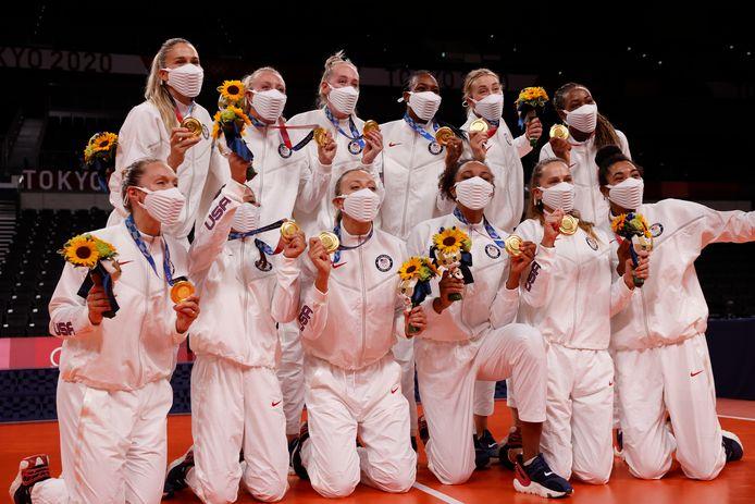 De 39ste en laatste gouden plak in Tokio voor de Verenigde Staten: de Amerikaanse volleybalvrouwen vieren een feestje.