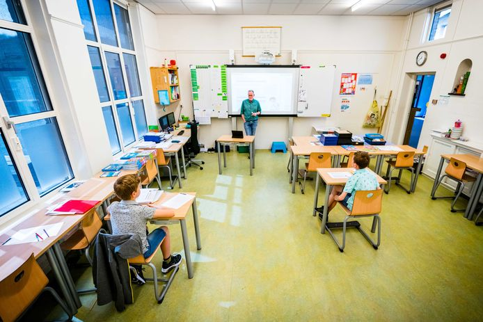 Basisschool 't Talent in Schijndel is een proef begonnen, waarbij leerkrachten in een drive-in les geven aan groepjes van maximaal drie leerlingen.