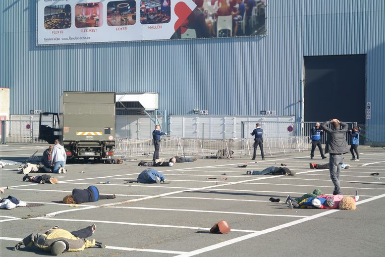 De site van de oefening met de vrachtwagen en de slachtoffers.