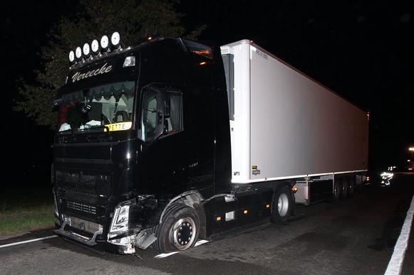 Ook de vrachtwagen moest worden getakeld.
