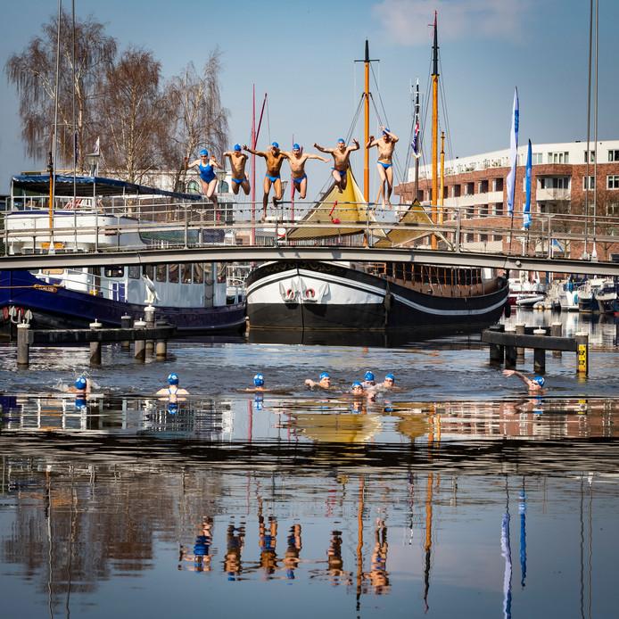 Zwemmers van ZPC testten onlangs voor de eerste keer het water in de  Eemhaven.