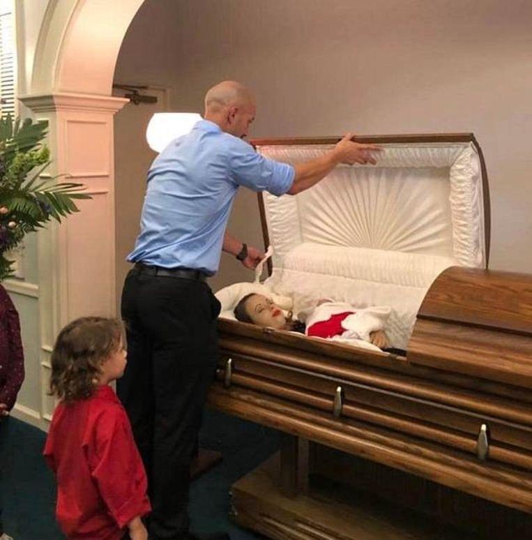 Zach Kincaid sluit de doodskist van zijn vrouw, hun zoon neemt mee afscheid.