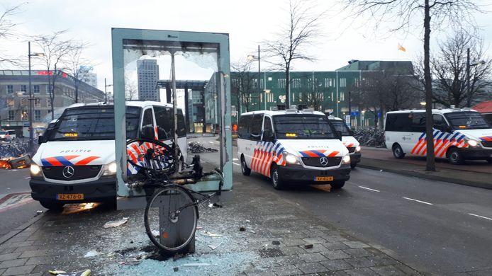 Reclamezuil vernield op het Stationsplein.