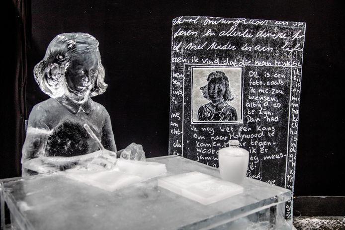 Een indrukwekkend beeld van Anna Frank bij het IJsbeelden Festival in Zwolle.