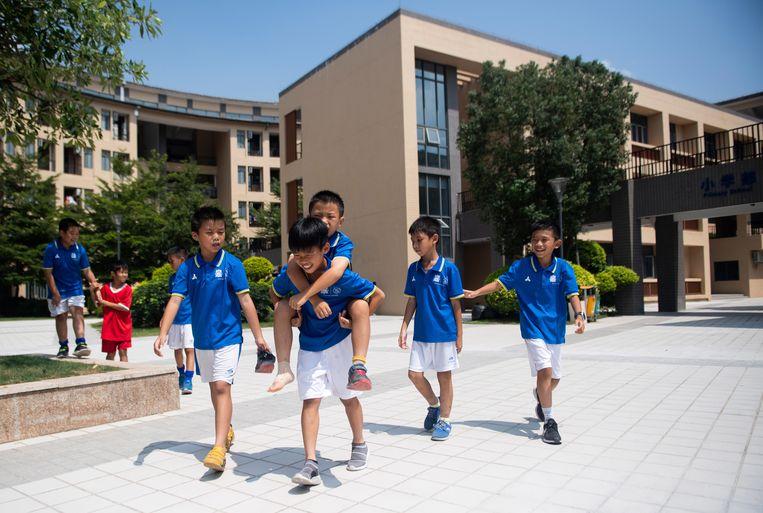 De jeugdopleiding van Guangzhou R&F telt 330 spelers in de leeftijd van 8 tot 17. De jongens leven op de campus: ze gaan er naar school en krijgen trainingen volgens de Ajaxmethode. De club heeft er acht man werken. Beeld AFP
