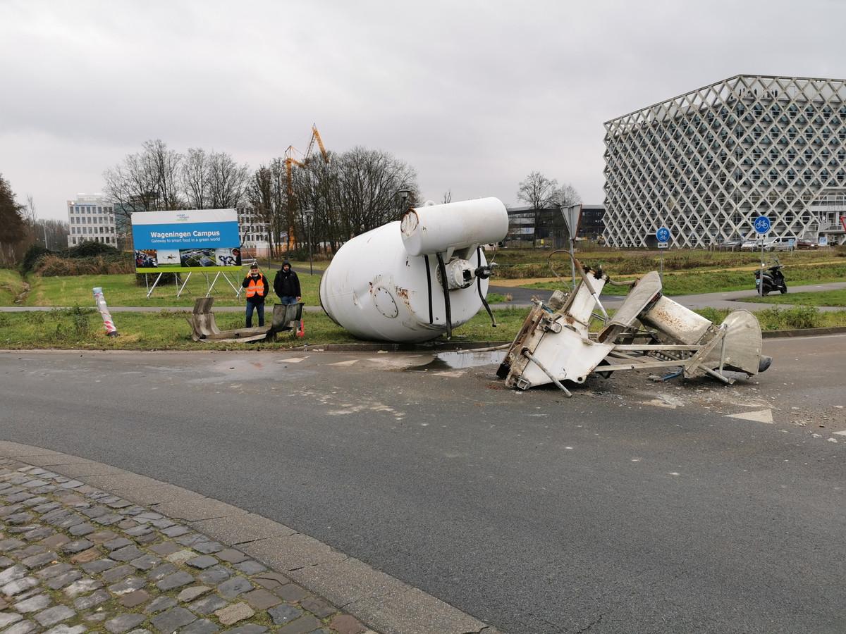 De cementmolen ligt op de weg in Wageningen.