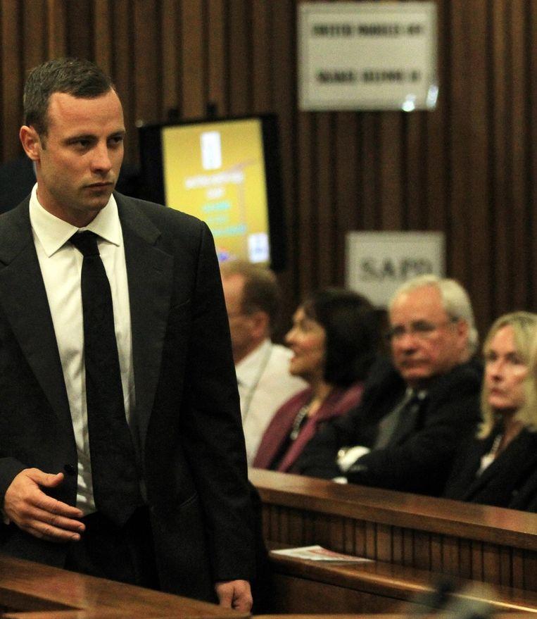 Oscar Pistorius wandelt voorbij de moeder van Reeva (r) in de rechtszaal. Beeld EPA