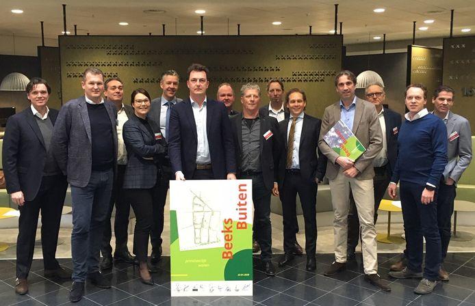 De ontwikkelaars van bouwplan Beeks Buiten in Prinsenbeek. In het midden staat wethouder Paul de Beer van Stedelijke Ontwikkeling.