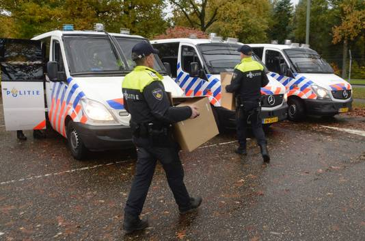 Veel politie bij het woonwagenkamp in Oss.