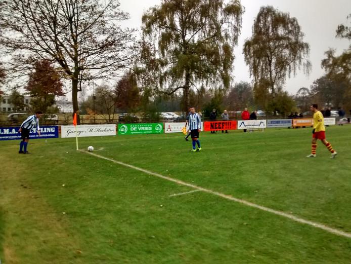 Voormalig Apeldoornse Boys-speler Niels Holdijk neemt een corner namens Alexandria.