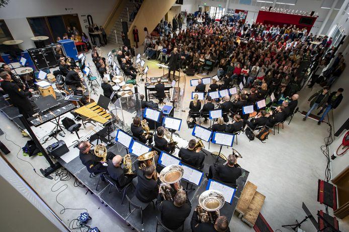 Het orkest van de Koninklijke Luchtmacht trad in 2019 op in het Thij College in Oldenzaal.