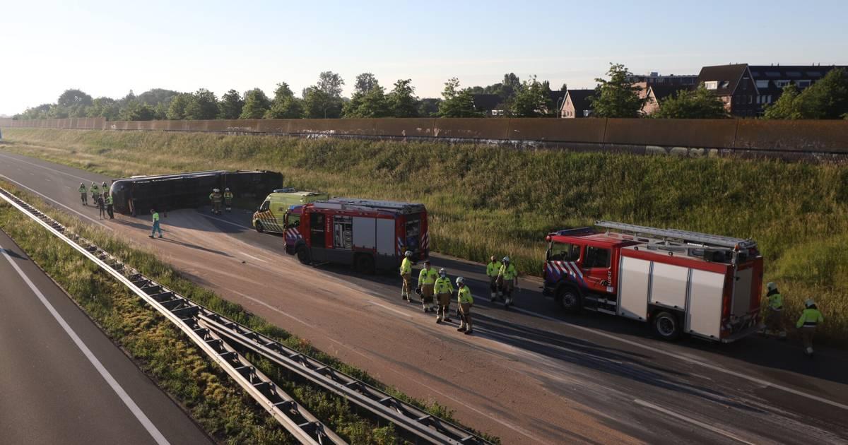 A50 bij Veghel tot einde middag dicht door gekantelde vrachtwagen, snelweg bezaaid met graan.