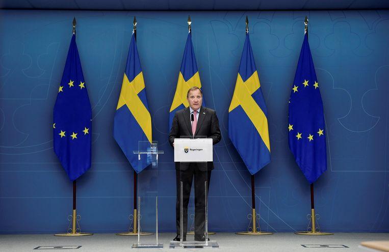 De Zweedse premier Stefan Lofven kondigt zijn ontslag aan tijdens een persconferentie maandag in Stockholm. Beeld EPA