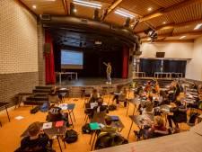 Leerlingen Capellenborg Wijhe kunnen met hun hele klas tegelijk les krijgen: dankzij theaterzaal en dartscafé