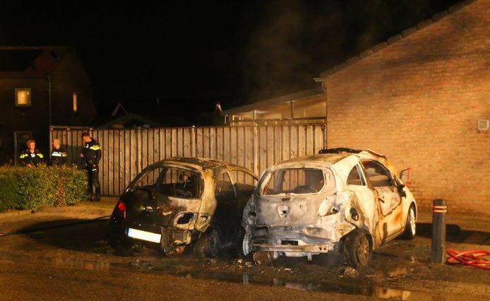Twee geparkeerde auto's stonden 's nachts in brand aan de Meerwijk in Waardenburg.