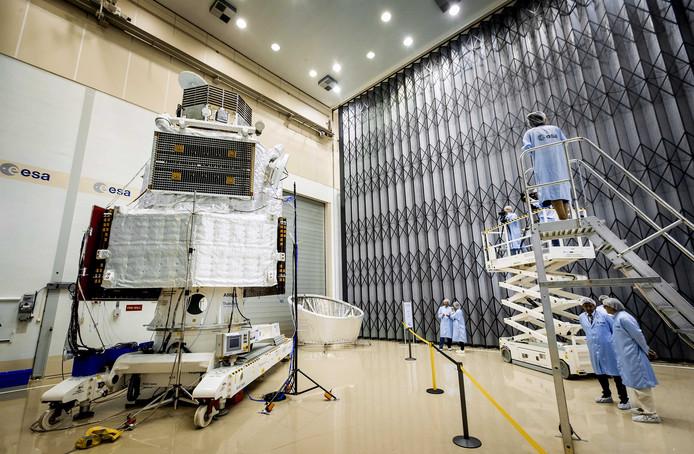 De Europese satelliet tijdens een persvoorbezichtiging van ESA.