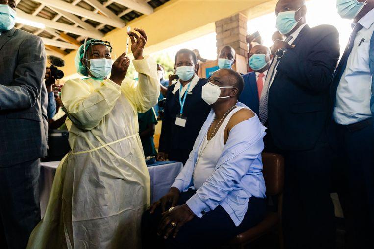 Vicepresident Constantino Chiwenga van Zimbabwe krijgt in zijn land de eerste prik met het Chinese Sinopharm-vaccin.  Beeld Jekesai Njikizana / AFP