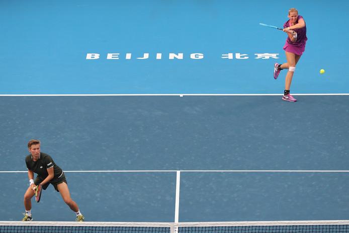 Demi Schuurs (l) en Anna-Lena Grönefeld in actie in de kwartfinale in Peking.