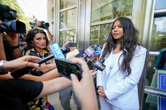 Slachtoffer Jessica Joan spreekt de pers toe.