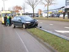 Automobilist naar ziekenhuis na botsing met lantaarnpaal in Helmond