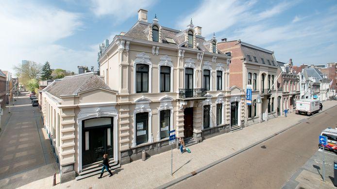 Het voormalig bankgebouw in de Stationsstraat met huisnummer 17 rechts van het bord 'Te huur' en het rijksmonument  met nummer 19 op de hoek met de Fabriekstraat.