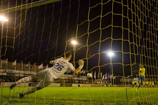 Hoek-doelman Jordi de Jonghe tijdens de eerste penaltyserie tegen FC Lisse.