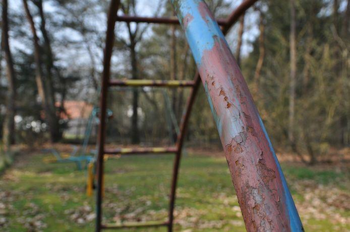 De roest op de speeltoestellen van het Toeristenmotel vertelt het verhaal van de teloorgang van het park. Foto: DG