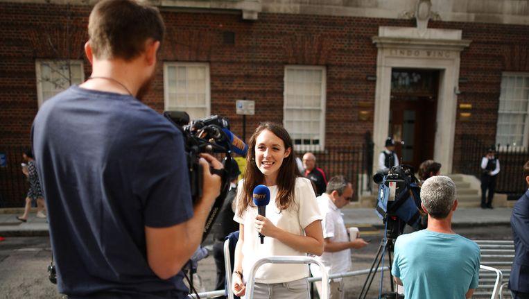 Verslaggevers voor het St Mary's Hospital in Londen Beeld getty