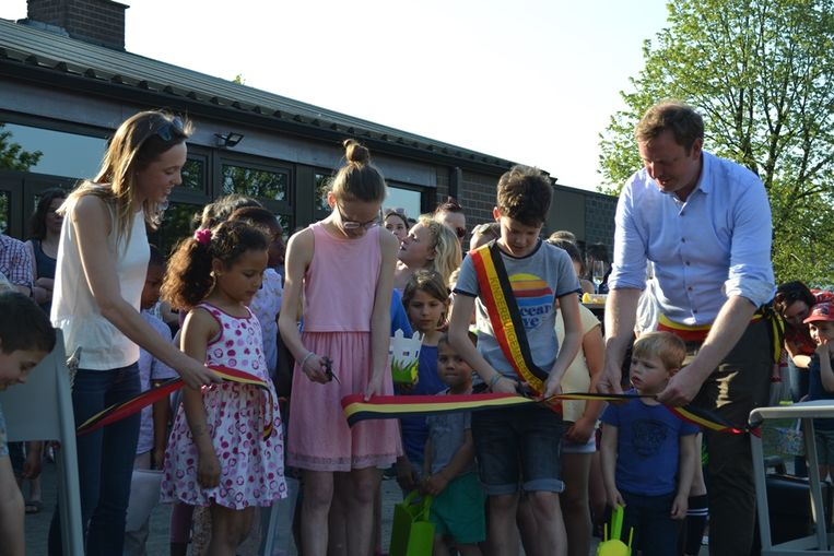 Burgemeester Bob Nijs (rechts) opent het wijkspeeltuintje
