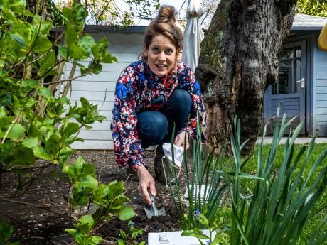 Mondkapjes waar bloemen uit groeien wereldwijde hit: 'Ik krijg mailtjes uit Canada, Dubai en Brazilië'