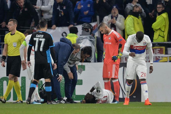 Bertrand Traoré ligt kermend van de pijn op de grond.