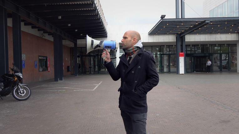 Activist Frank bij het stadhuis. Beeld VPRO