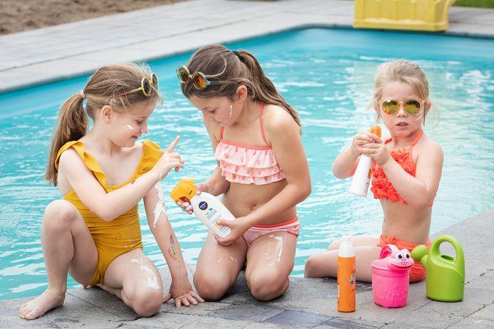 Je kinderen beschermen tegen de zon is een must, maar hoe dikwijls smeer je ze in en kan voeding ook bescherming bieden?