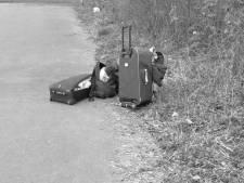 Wijkagent vindt verkleumde man in de struiken bij Tielse parkeerplaats en brengt hem naar opvang