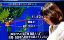 Een vrouw wandelt voorbij een tv-scherm waarop het nieuws van de jongste rakettest van Noord-Korea boven Japan wordt uiteengezet in Tokio.
