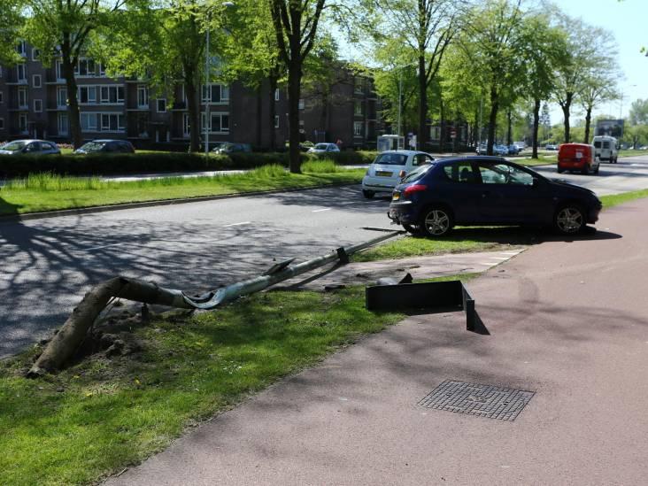 Automobilist verliest controle en rijdt lantaarnpaal uit de grond in Eindhoven
