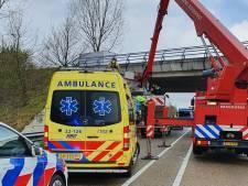 Vrachtwagenchauffeur voorkomt zelfdoding op N-weg door wagen precies onder viaduct te rijden