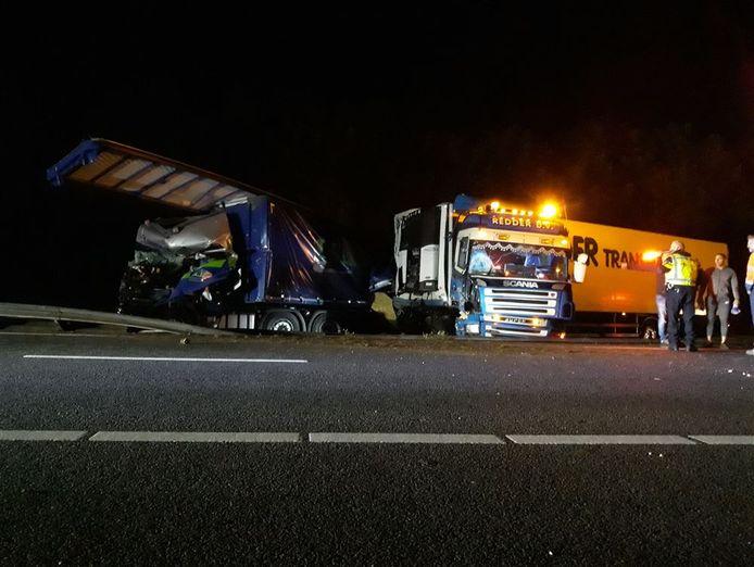 Ravage na het ongeluk met drie vrachtwagens.